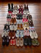 Schuhe auf Holzfußboden ordentlich organisiert