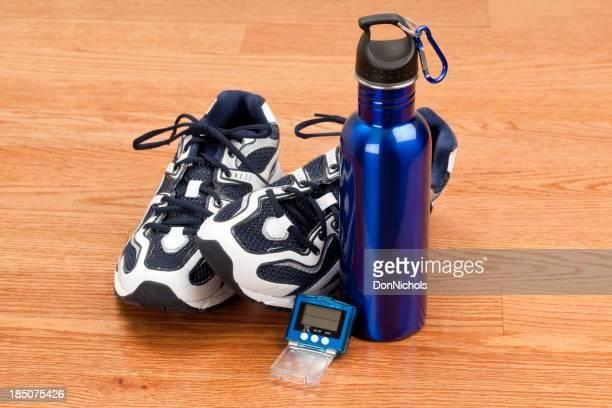 Scarpe contapassi e bottiglia d'acqua