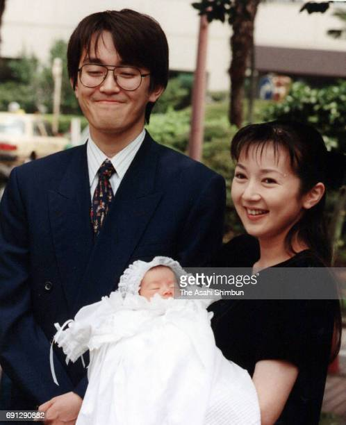 Shogi player Yoshiharu Habu and actress Rie Hatada show their first daughter in front of the Japan Red Cross Medical Center on August 7 1997 in Tokyo...