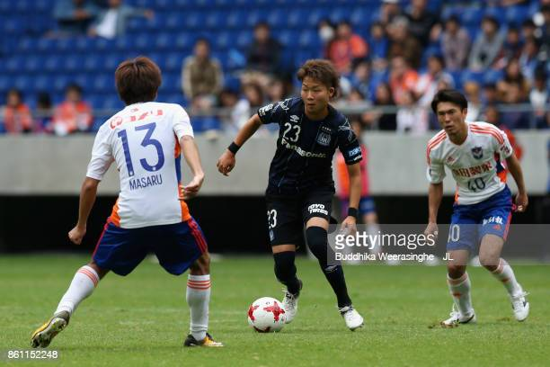 Shogo Nakahara of Gamba Osaka takes on Masaru Kato of Albirex Niigata during the JLeague J1 match between Gamba Osaka and Albirex Niigata at Suita...