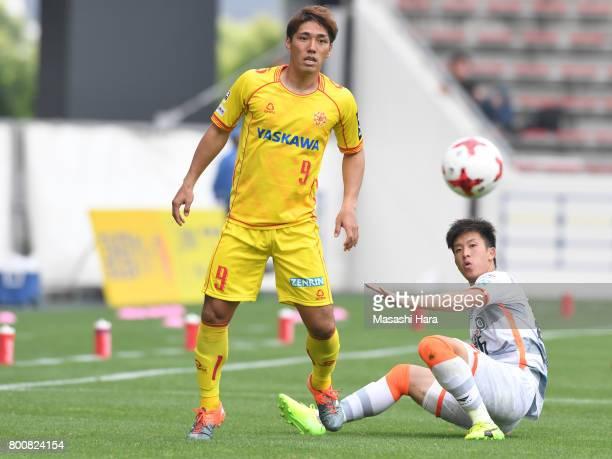 Shoma Mizunaga of Giravanz Kitakyushu and Genichi Endo of AC Nagano Parceiro compete for the ball during the JLeague J3 match between Giravanz...
