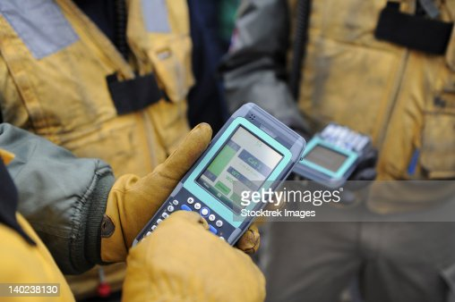 Shooters test a catapult capacity selector valve calculator during flight operations. : Stock-Foto