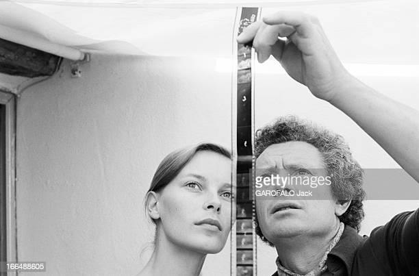 Shooting Of The Film ' Bilitis' By David Hamilton France 20 septembre 1976 Lors du tournage du film 'BILITIS' de David HAMILTON celuici examine un...
