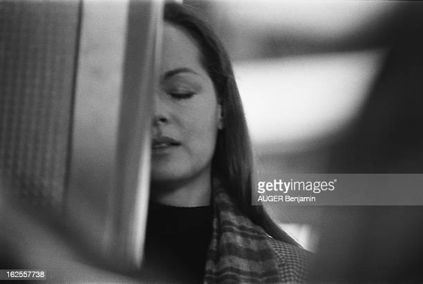 Shooting Of The Film 'Clair De Femme' By Costa Gavras Plan de face de Romy SCHNEIDER les yeux fermés la moitié du visage caché par une cabine...