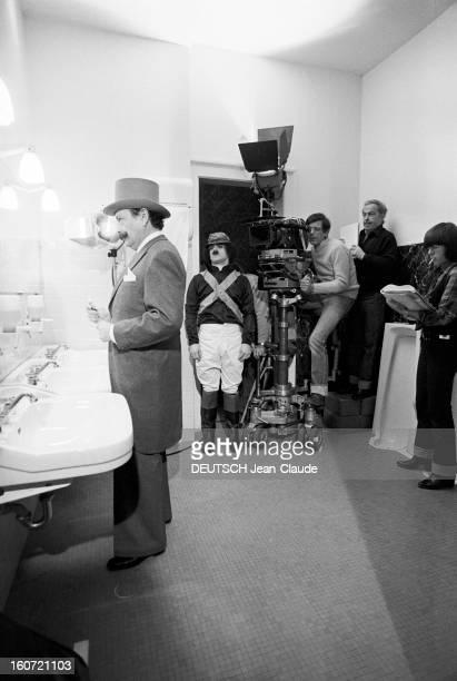 Shooting Of The Film 'Funny Zebras' By Guy Lux A Longchamp sur l'hippodrome en intérieur dans les toilettes lors du tournage du film 'Drôles de...