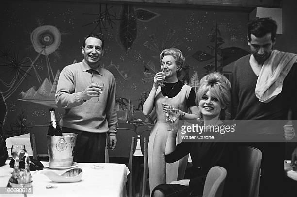 Shooting Of The Film 'la Bride Sur Le Cou' By Roger Vadim Attitude souriante de Brigitte BARDOT une coupe de champagne à la main portant un toast...