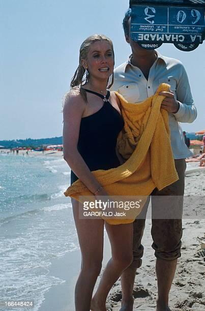 Shooting Of The Film 'La Chamade' By Alain Cavalier Attitude de Catherine DENEUVE en maillot de bain sortant de l'eau s'enveloppant de son peignoir...