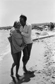 Shooting Of The Film 'La Chamade' By Alain Cavalier Michel PICCOLI séchant Catherine DENEUVE enveloppée dans son peignoir lors du tournage d'une...