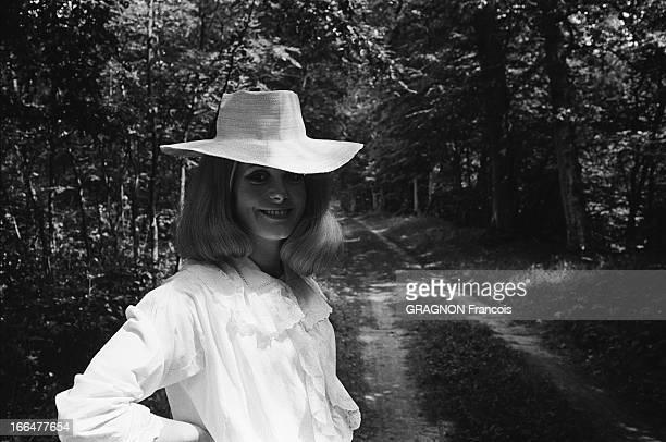Shooting Of The Film ' La Vie De Château' By JeanPaul Rappeneau Plan de face souriante de Catherine DENEUVE en chemise de nuit et coiffée d'un...