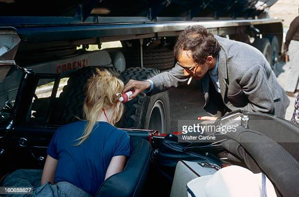 Shooting Of The Film 'le Mepris' By Jeanluc Godard JeanLuc GODARD appliquant du faux sang sur la nuque de Brigitte BARDOT durant le tournage du film...