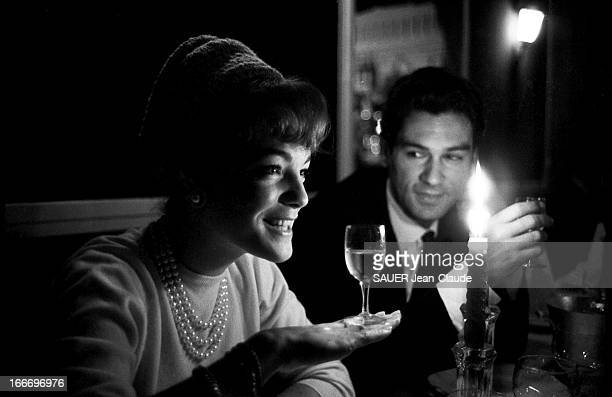 Shooting Of The Film 'Le Proces' By Orson Welles Plan de troisquarts souriant de Romy SCHNEIDER à table un collier de perles autour du cou et un...