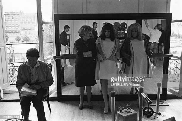 Shooting Of The Film 'Les Demoiselles De Rochefort ' By Jacques Demy Attitude de Catherine DENEUVE et sa soeur Françoise DORLEAC un gilet sur leurs...