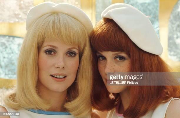 Shooting Of The Film 'Les Demoiselles De Rochefort ' By Jacques Demy Plan de face souriant de Catherine DENEUVE perruque blonde avec sa soeur...