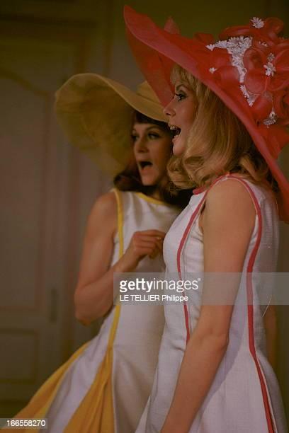 Shooting Of The Film 'Les Demoiselles De Rochefort ' By Jacques Demy Plan de profil de Catherine DENEUVE en robe blanche et rose sans manche et...