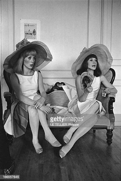 Shooting Of The Film 'Les Demoiselles De Rochefort ' By Jacques Demy Catherine DENEUVE fumant une cigarette assise sur une banquette aux côtés de sa...