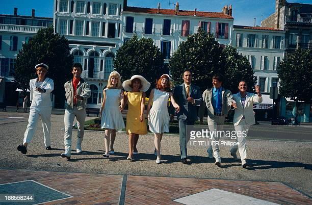 Shooting Of The Film 'Les Demoiselles De Rochefort ' By Jacques Demy Attitude souriante de Jacques PERRIN George CHAKIRIS Catherine DENEUVE Danielle...