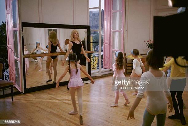 Shooting Of The Film 'Les Demoiselles De Rochefort ' By Jacques Demy Attitude souriante de Catherine DENEUVE perruque blonde et justaucorps noirs...