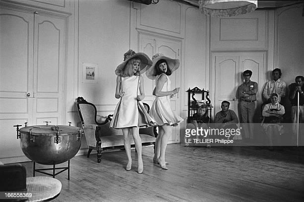 Shooting Of The Film 'Les Demoiselles De Rochefort ' By Jacques Demy Catherine DENEUVE et sa soeur Françoise DORLEAC chantant et dansant lors du...