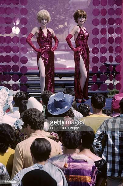 Shooting Of The Film 'Les Demoiselles De Rochefort ' By Jacques Demy Catherine DENEUVE et sa soeur Françoise DORLEAC chantant et dansant sur scène...