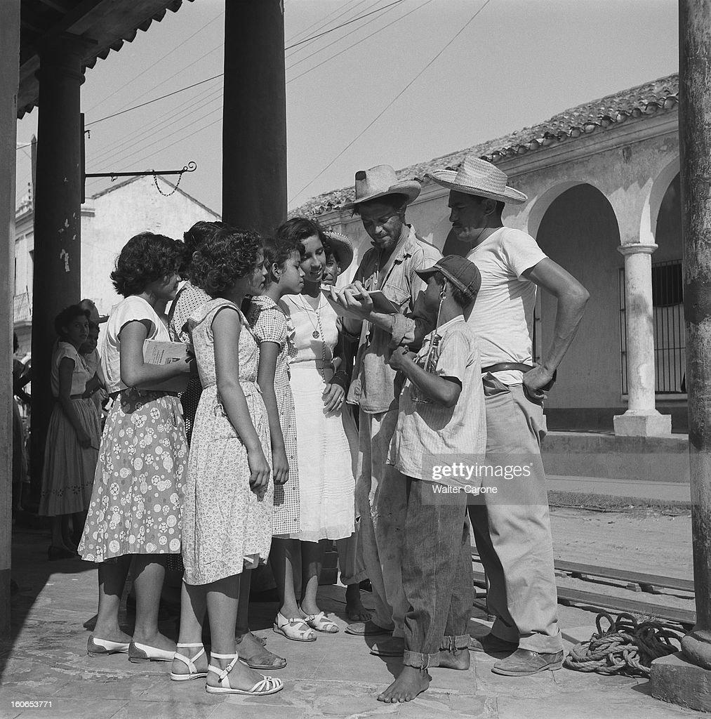 Shooting Of The Film 'les Orgueilleux' By Yves Allegret. Tournage du film 'Les orgueilleux' d'Yves ALLEGRET près de Vera-Cruz, dans le petit port d'ALVARADO : Gérard PHILIPE souriant, signant des autographes à un groupe d'enfants.