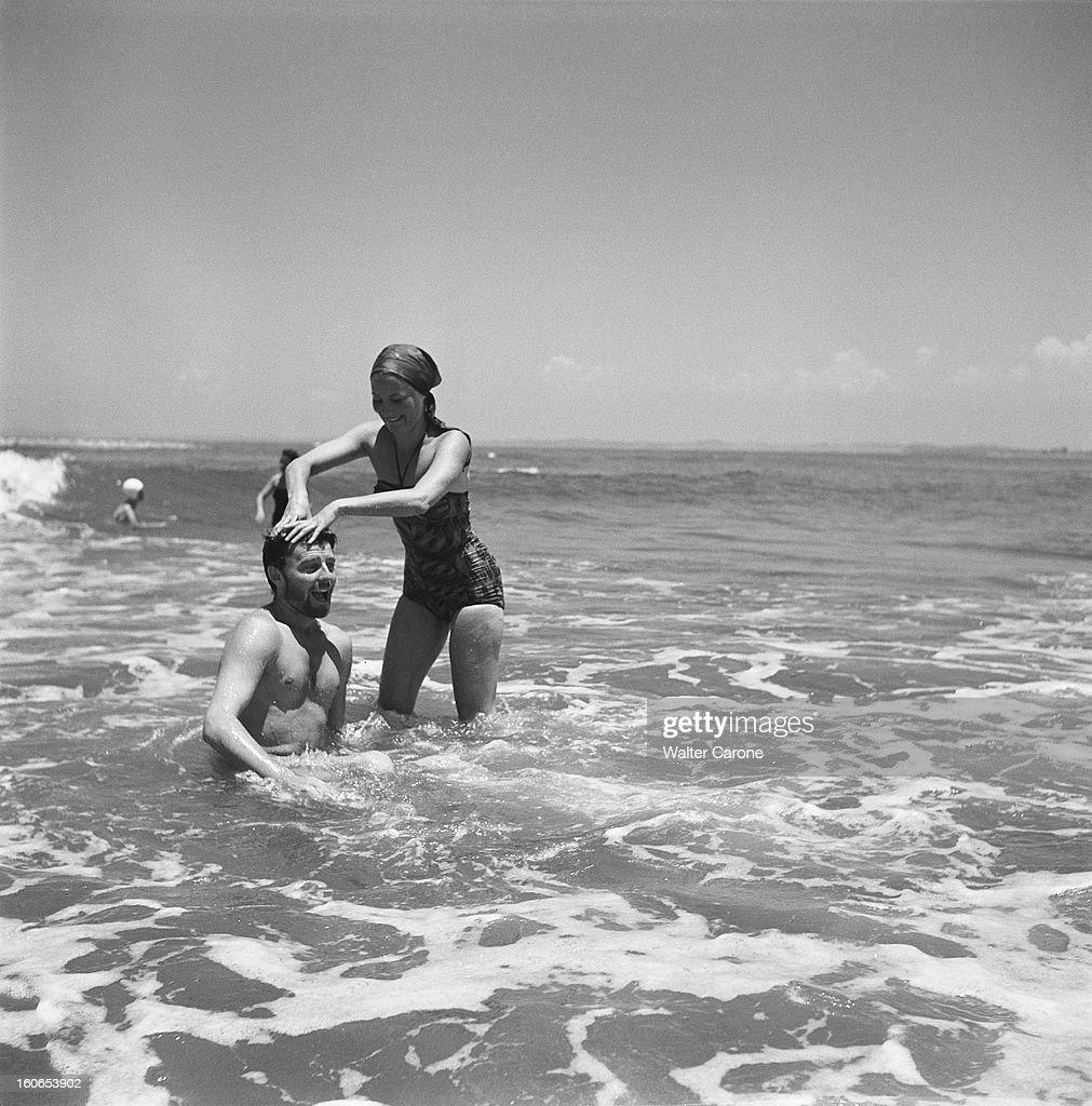 Shooting Of The Film 'les Orgueilleux' By Yves Allegret. Tournage du film 'Les orgueilleux' d'Yves ALLEGRET près de Vera-Cruz, dans le petit port d'ALVARADO : Michèle MORGAN appuyant sur la tête de Gérard PHILIPE assis dans la mer, tous deux en maillot de bain.