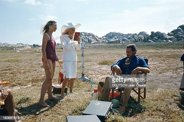 Shooting Of The Film 'Liza' By Marco Ferreri Attitude de Catherine DENEUVE en tailleur blanc et capeline assortie Yves SAINT LAURENT pieds nus...