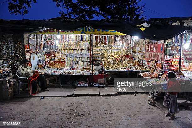 Commerçant assis à côté de sa boutique Orachha marché de nuit de