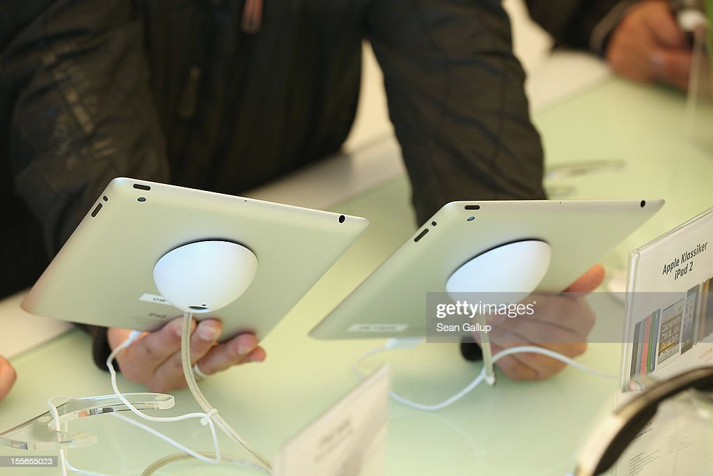 A shopper compares Apple 3rd (R) and 4th generatipn iPads at a Gravis Apple retailer on November 6, 2012 in Berlin, Germany. Apple is hoping for a strong Christmas season.