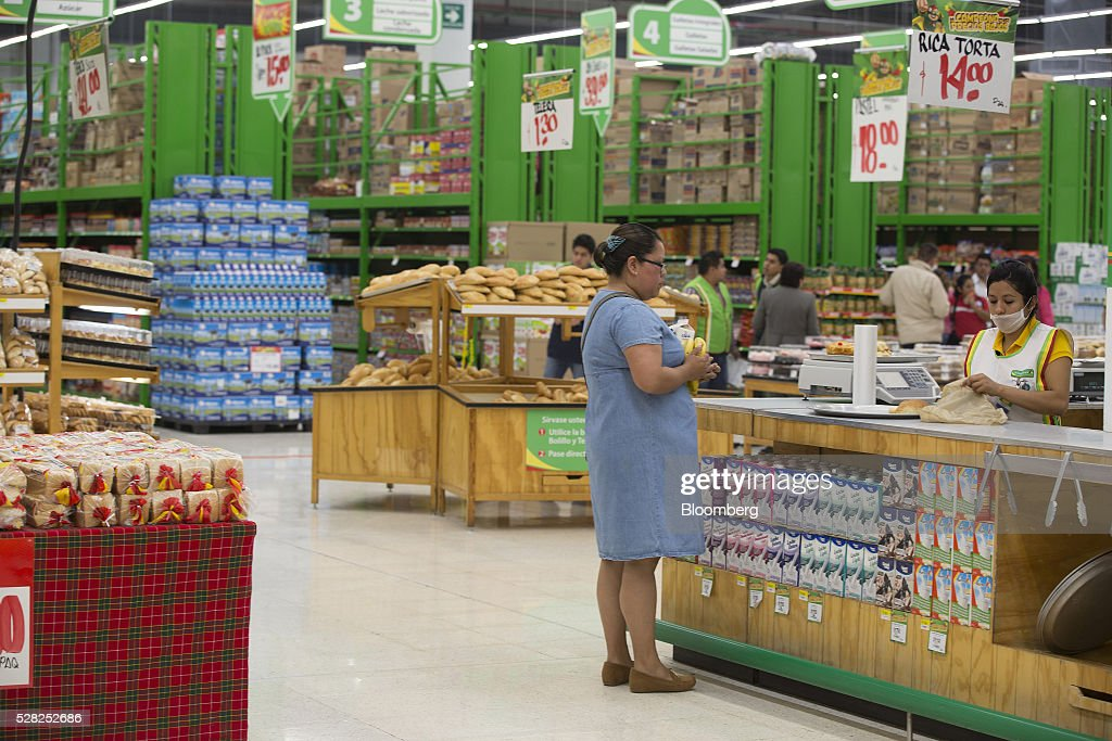 A shopper purchases bread at a Bodega Aurrera store, the discount chain owned by Wal-Mart Stores Inc., in Naucalpan de Juarez, Mexico, on Wednesday, May 4, 2016. Wal-Mart de Mexico SAB reported first-quarter results last week that beat analysts estimates, the most recent sign of growth for Mexican companies this earnings season. Photographer: Susana Gonzalez/Bloomberg via Getty Images