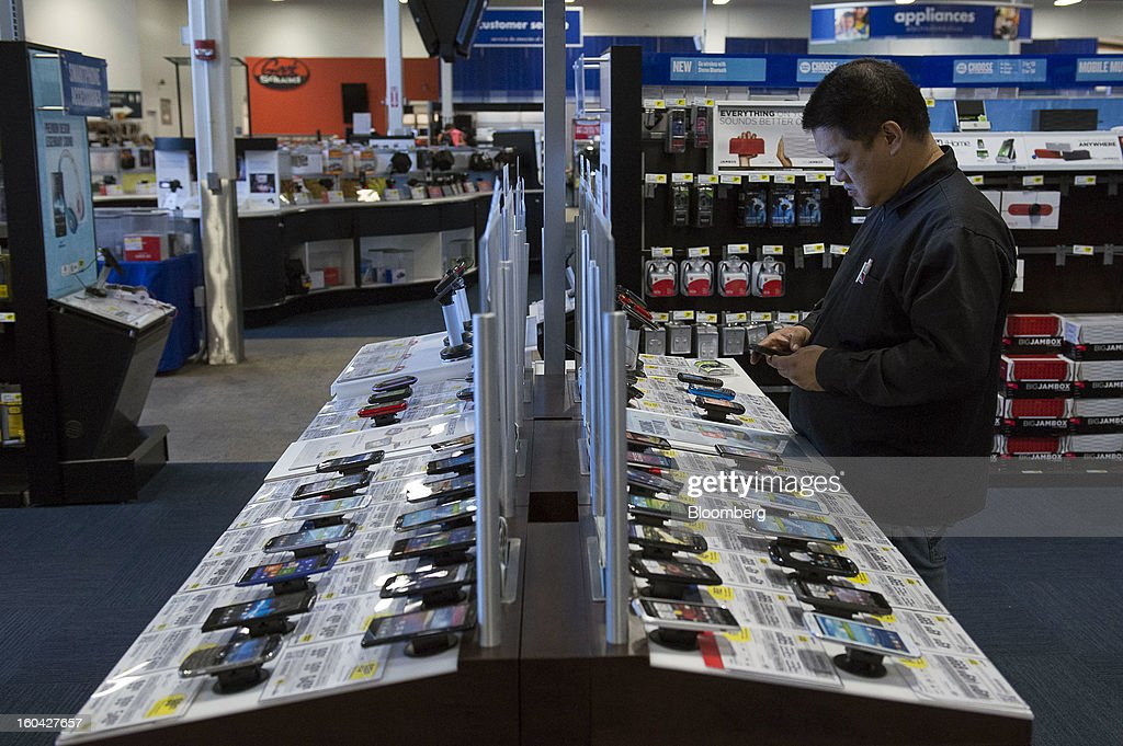 A shopper views mobile phones at a Best Buy Co. store in San Francisco, California, U.S. on Wednesday, Jan. 30, 2013. Consumer spending in the U.S. climbed in December as incomes grew by the most in eight years, a sign the biggest part of the economy was contributing to the expansion as the year drew to a close. Photographer: David Paul Morris/Bloomberg via Getty Images