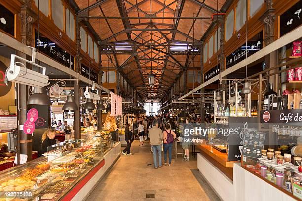 Los amantes de las compras y los comensales en un mercado alimentario de Madrid, España