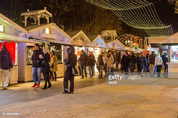 Shopping al mercato di Natale sulla a Parigi Champs Elysees