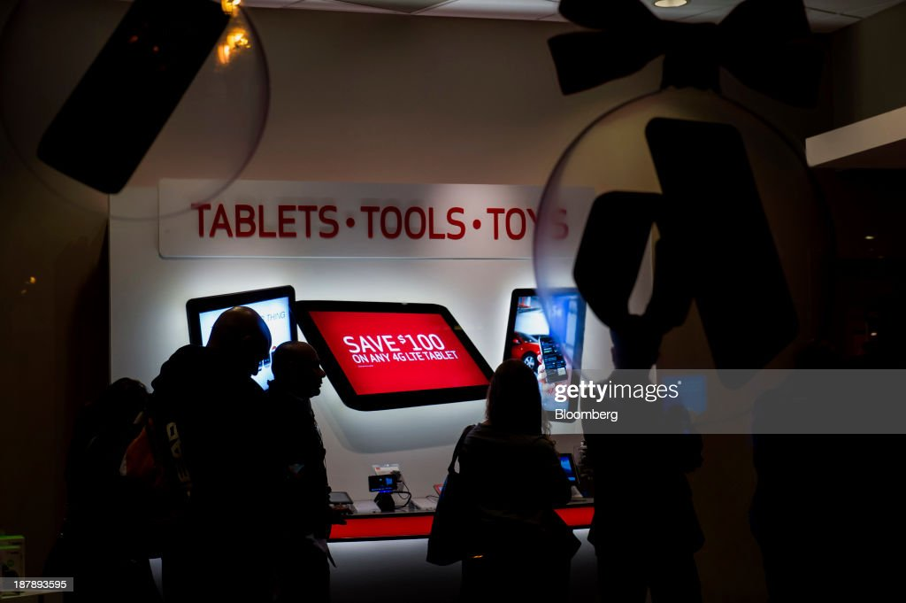 Shoppers browse merchandise inside a Verizon Communications Inc. store in San Francisco, California, U.S., on Monday, Nov. 11, 2013. The Bloomberg Consumer Comfort Index is scheduled to be released on Nov. 14. Photographer: David Paul Morris/Bloomberg via Getty Images