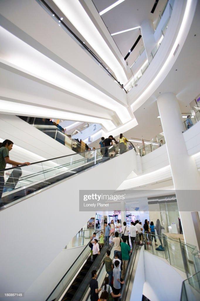 Shoppers in Siam Paragon, Siam Square. : Stock-Foto