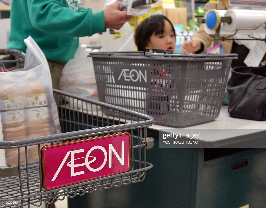 Shoppers pay for goods at an Aeon supermarket in Tokyo on January 29, 2013. Aeon said it would embark on big hiring spree aimed at bulking up its overseas staff as the retail giant expands in China and Southeast Asia. AFP PHOTO / Yoshikazu TSUNO