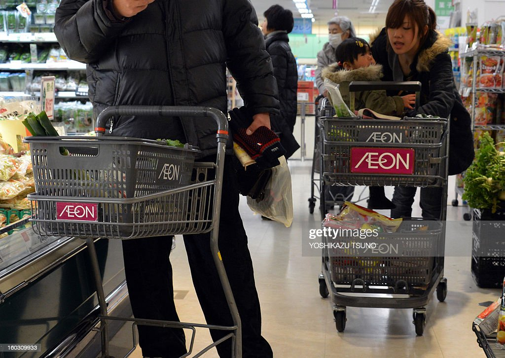 Shoppers push shopping carts an Aeon supermarket in Tokyo on January 29, 2013. Aeon said it would embark on a big hiring spree aimed at bulking up its overseas staff as the retail giant expands in China and Southeast Asia. AFP PHOTO / Yoshikazu TSUNO