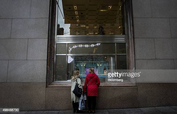 Shoppers view a window display at the Tiffany Co flagship store on 5th Avenue in New York US on Sunday Nov 22 2015 Tiffany Co is scheduled to report...