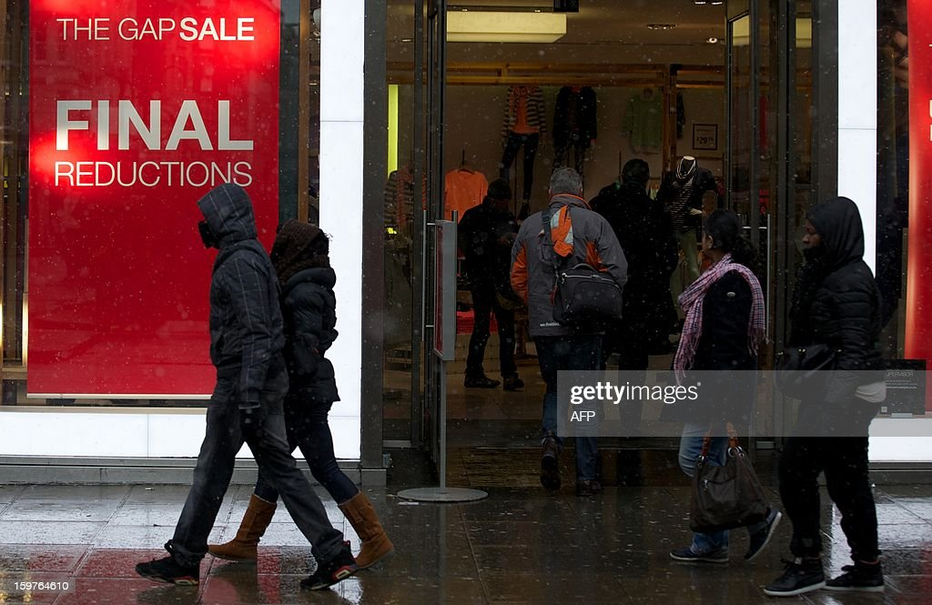 Shoppers walk along Oxford Street in central London on January 20, 2013. Four big British high-street retailers had to call in administrators this winter as cash-strapped, web-literate consumers proved unforgiving of stores failing to adapt to fast-evolving markets.AFP PHOTO/ANDREW COWIE