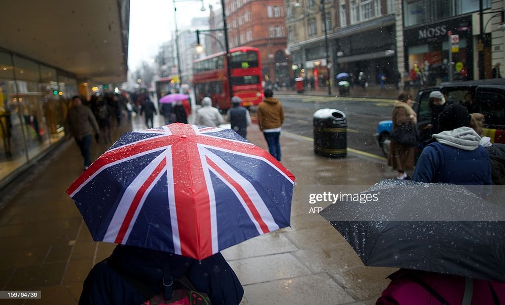 Shoppers walk along Oxford Street in central London on January 20, 2013. Four big British high-street retailers had to call in administrators this winter as cash-strapped, web-literate consumers proved unforgiving of stores failing to adapt to fast-evolving markets. AFP PHOTO/ANDREW COWIE