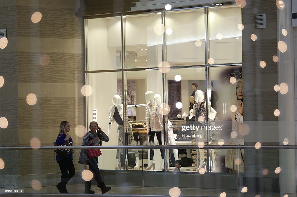 Shoppers walk past a Forever 21 Inc. store at the Fair Oaks Mall in Fairfax, Virginia, U.S., on Monday, Nov. 12. 2012. Sales at U.S. retailers probably fell in October for the first time in four months economists said before a report on Nov. 14. Photographer: Andrew Harrer/Bloomberg via Getty Images