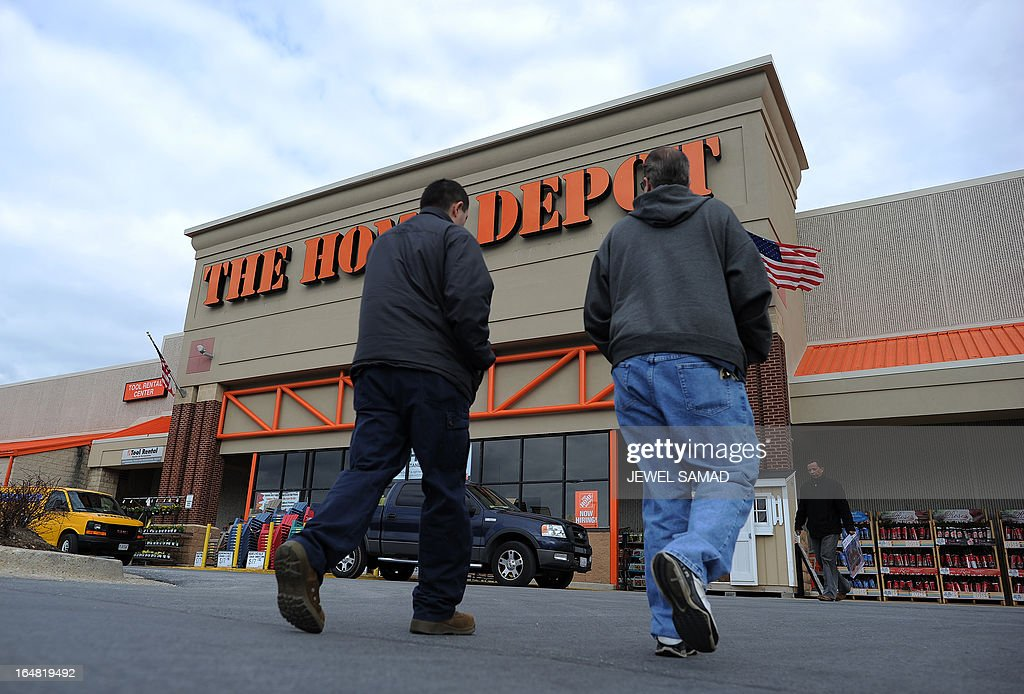 Shoppers walk towards a Home Depot store in Silver Spring, Maryland, on March 28. 2013. The US economy grew more strongly than initially thought in the fourth quarter last year but was still moving at a sluggish 0.4 percent annual pace, the Department of Commerce said on March 28. AFP PHOTO/Jewel Samad