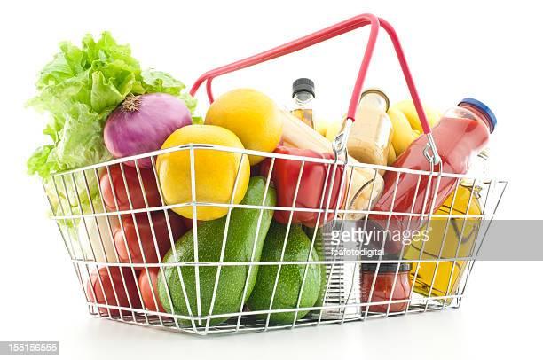 買い物カゴいっぱいに食料品や野菜