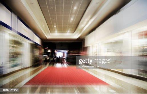 Einkaufszentrum-Motion verschwommene-mehr in den Leuchtkästen unten : Stock-Foto