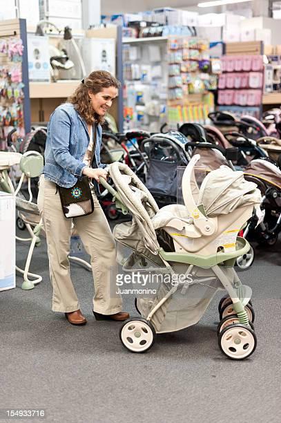 Shopping für ein neues Kinderwagen