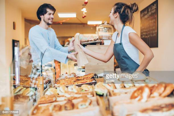 Shopping à boulangerie heureux