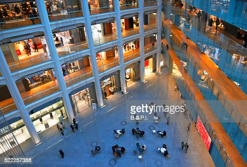 shopping-mall-atrium-at-kitte-marunouchi-building-by-tokyo-station-in-picture-id522257388