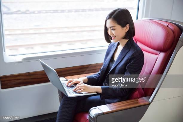 Schuss des schönen Business-Frau sitzt im Hochgeschwindigkeitszug, Shanghai, China.