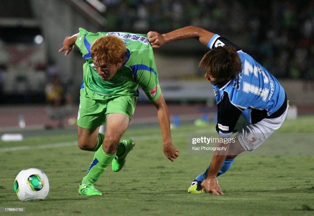 Shota Kobayashi (R) of Shona Bellmare and Tomohiko Miyazaki of Jubilo Iwata compete for the ball during the J.League match between Shonan Bellmare and Jubilo Iwata at BMW Stadium Hiratsuka on August 17, 2013 in Hiratsuka, Kanagawa, Japan.