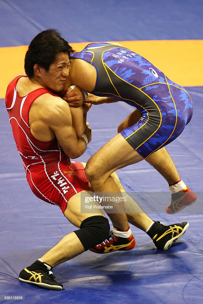 <a gi-track='captionPersonalityLinkClicked' href=/galleries/search?phrase=Shota+Tanokura&family=editorial&specificpeople=11387677 ng-click='$event.stopPropagation()'>Shota Tanokura</a> (red) competes in the Men's 59kg greco-roman style second rounds match against Hayanobu Shimizu (blue) during All Japan Wrestling Championships at Yoyogi National Gymnasium on May 29, 2016 in Tokyo, Japan.