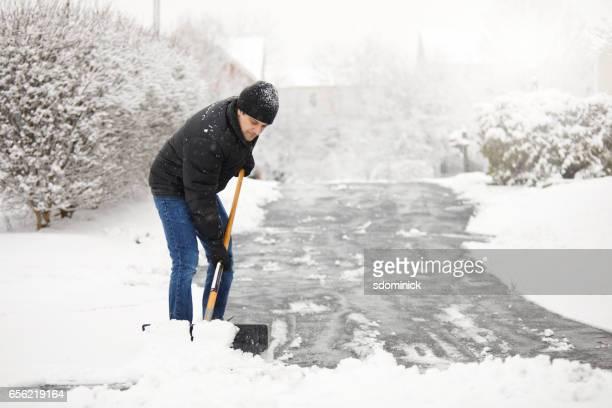 Pelleter la neige de l'allée